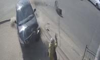 Clip thoát chết hy hữu dù ô tô tông trực diện