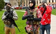 Người biểu tình Mỹ mang súng vào nghị viện bang đòi dỡ lệnh phong tỏa