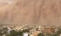 Clip kinh ngạc với bão cát đỏ cao hàng trăm mét ở Tây Phi