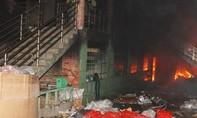 Cháy cơ sở rác thải nhựa, nhiều nhà xung quanh vạ lây