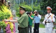 Bộ Công an dâng hương nhân kỷ niệm 130 năm ngày sinh Chủ tịch Hồ Chí Minh