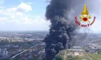 Clip cháy lớn tại nhà máy hóa chất ở Ý