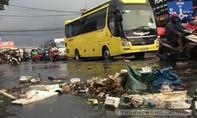 Người dân bì bõm lội nước đen ngòm sau cơn mưa như trút nước