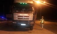 Lái xe tải cố thủ trên xe khi bị yêu cầu kiểm tra tải trọng