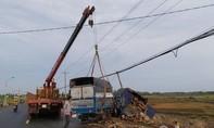 Xe tải tông đuôi ôtô đậu ven đường, vợ tài xế tử vong trong cabin