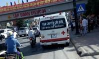 Xe cứu thương vượt đèn đỏ đâm văng xe 7 chỗ, 2 người nhập viện