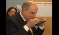 Clip phó thủ tướng Bỉ bối rối không biết cách đeo khẩu trang