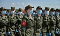 Hình ảnh lính Nga tập luyện duyệt binh với khẩu trang che mặt