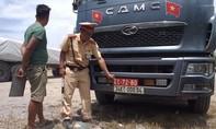Phạt 63 triệu đồng xe tải đeo biển quân đội giả, chở quá tải 319%