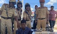 Truy bắt ôtô gây tai nạn, CSGT phát hiện 6.000 gói thuốc lá lậu