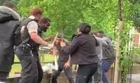 Clip cảnh sát Anh bị hành hung ngay tại London