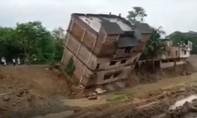 Clip tòa nhà 4 tầng bất ngờ sụp đổ ở Ấn Độ