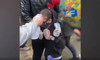 Clip cảnh sát xịt hơi cay vào bé trai 7 tuổi tham gia biểu tình