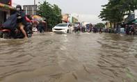Người dân lại vật lộn sau cơn mưa chiều