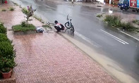 Nam sinh dừng xe móc rác khơi thông miệng cống lúc trời mưa