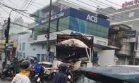Xe tải tông sập cửa hàng sơn, giao thông ùn tắc kéo dài