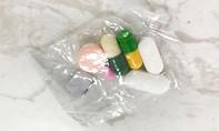 Lấy thuốc đau họng của mẹ cho con uống, bé trai suýt mất mạng