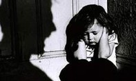 Phẫn nộ với clip cha dượng bạo hành dã man con riêng của vợ ở TPHCM