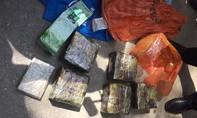 Truy bắt đối tượng vận chuyển 6kg ma túy và 1 bánh heroin