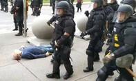 Mỹ truy tố 2 cảnh sát xô ngã cụ ông biểu tình chấn thương đầu