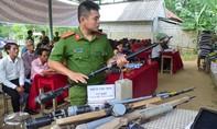 Người dân giao nộp 7 súng tự chế và 1kg thuốc nổ