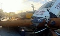 Xe đầu kéo chở cỗ máy hàng chục tấn lật xuống đường, đè nát cabin