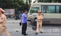 """Xe máy vỡ nát sau cú """"đối đầu"""" xe đưa rước công nhân, 1 người tử vong"""