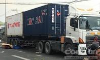 TPHCM: Tông đuôi xe khách rồi ngã vào gầm container, một người tử vong