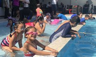 Cảnh sát dạy bơi cho trẻ để phòng chống đuối nước