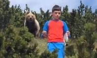Clip cậu bé bình tĩnh xử trí khi bị con gấu lớn bám sát