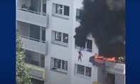 Clip nhóm người cứu 2 bé trai rơi từ tầng 3 tòa nhà đang cháy