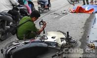 TPHCM: Xe máy tông đuôi xe tải, một người tử vong