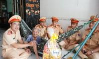 CSGT Công an TPHCM tri ân Mẹ Việt Nam anh hùng và gia đình chính sách