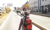 Clip người vợ chạy theo xe Tổng thống Peru xin cứu chồng nhiễm nCoV