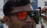 Clip kỹ sư Ấn Độ chế súng máy kích hoạt bằng mắt kính