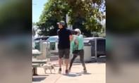 Clip người đàn ông bị xịt hơi cay ở công viên vì không đeo khẩu trang
