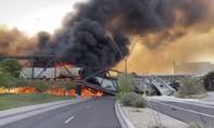 Clip tàu chở dầu 102 toa bốc cháy, làm sập cầu ở Mỹ