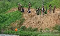 """Thanh niên """"mất tích"""" ở hồ đá núp trong bụi cây xem lính cứu hộ lặn tìm mình"""
