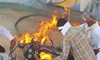Clip xe máy bốc cháy khi đang đổ xăng