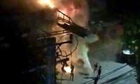 Cháy quán ăn, nhân viên và thực khách bỏ chạy tán loạn