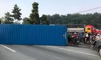 """Chiếc container phơi bụng giữa đường, giao thông """"đứng hình"""" giờ cao điểm"""