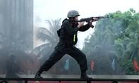 Clip Cảnh sát cơ động trình diễn bắn đạn thật chống khủng bố
