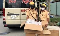 CSGT Công an TPHCM phát hiện xe khách vận chuyển lượng lớn thuốc lá lậu