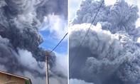Clip núi lửa phun tro bụi cao che mặt trời, khiến ngôi làng như trong đêm tối