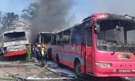 6 ô tô khách cháy dữ dội tại bãi giữ xe, nhiều người hoảng loạn