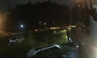Xế hộp bay như phim hành động trên xa lộ trong cơn mưa