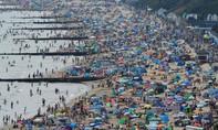 Loạt ảnh dân Anh chật kín bãi biển bất chấp cảnh báo dịch nCoV
