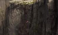 Clip nghệ sĩ xiếc treo mình lơ lửng ở vách núi cao nghìn mét