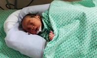 Bé trai sơ sinh bị bỏ rơi kẹt trong khe tường đang rối loạn đông máu