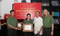 """Trao Kỷ niệm chương """"Bảo vệ an ninh Tổ quốc"""" tặng NSND Trọng Bằng và nhạc sỹ Phạm Tuyên"""
